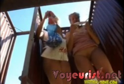 Две молоденькие девушки в пляжной кабинке