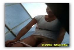 Волосатая киска молодой девушки в пляжной кабинке