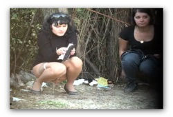 Девушки писают в кустах скрытая камера фото 803-33