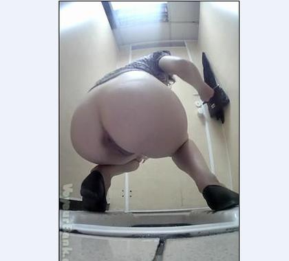 Туалетный писсинг скрытой камерой