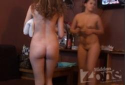 Девушки в раздевалке приватной бани