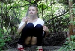 Девушки писают в кустах скрытая камера фото 803-328