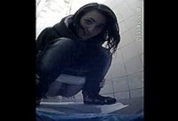 Девушка заметила как за ней подглядывают в туалете->