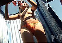 Девушка показала грудь в пляжной кабинке меняя купальник