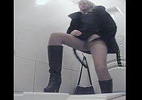 Подглядывание в туалете - вид сзади