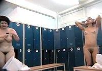Подглядывание за женщинами в раздевалке бассейна