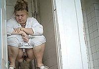 Телка ссыт в туалете придерживая киску рукой