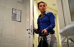 Девушки писают в туалетах скрытая камера онлайн видео 42