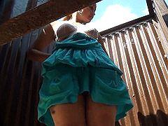 Дрочер подсматривает в пляжной кабинке