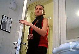 В туалете подглядывают за девушками
