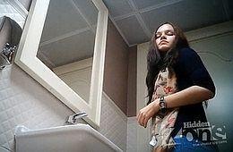 Несколько девиц красиво писают в женском туалете