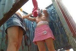 Молодые девченки переодеваются в пляжной кабинке