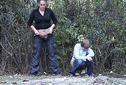 Русские девушки писают в кустах