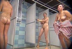 Скрытая камера сняла интересный сюжет в женском душе